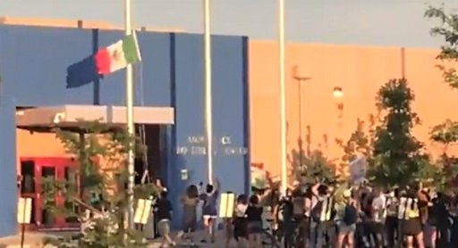 Anti-ICE protesters replace US flag with Mexican flag